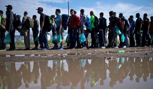 Διακινητές πέταξαν στο δρόμο δεκάδες πρόσφυγες   Pagenews.gr