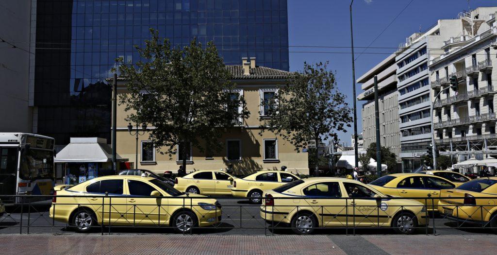 Συγκέντρωση διαμαρτυρίας των οδηγών ταξί έξω από το υπ. Μεταφορών   Pagenews.gr