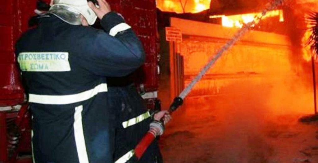 Λάρισα: Φωτιά σε αποθήκη τα ξημερώματα- Κάηκε ολοσχερώς ένα αυτοκίνητο | Pagenews.gr