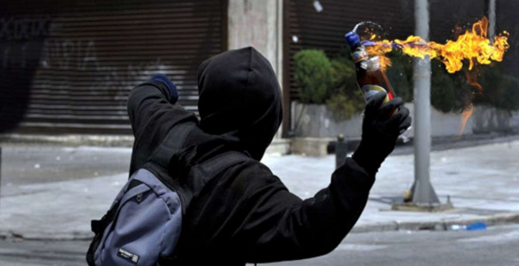 Διπλή επίθεση στα ΜΑΤ στα Εξάρχεια   Pagenews.gr