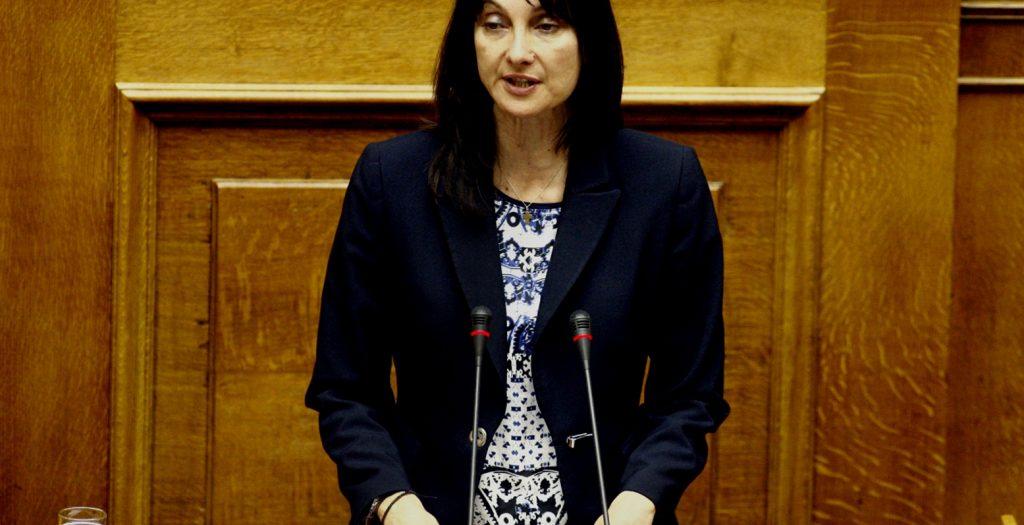 Φυγάδευσαν την Κουντουρά για να την γλιτώσουν από τους διαδηλωτές (vids) | Pagenews.gr