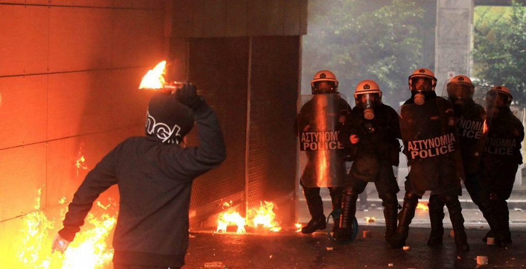 Εξάρχεια: Νέες επιθέσεις με μολότοφ και πέτρες | Pagenews.gr