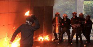 Επεισόδια στην Πατησίων: Επίθεση με μολότοφ εναντίον διμοιρίας των ΜΑΤ | Pagenews.gr