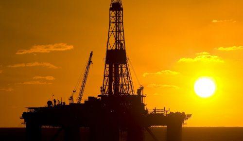 O εμπορικός «πόλεμος» ρίχνει τις τιμές του πετρελαίου | Pagenews.gr