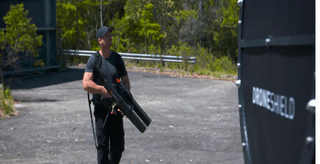 Το όπλο που «εξουδετερώνει» τα drones (video) | Pagenews.gr