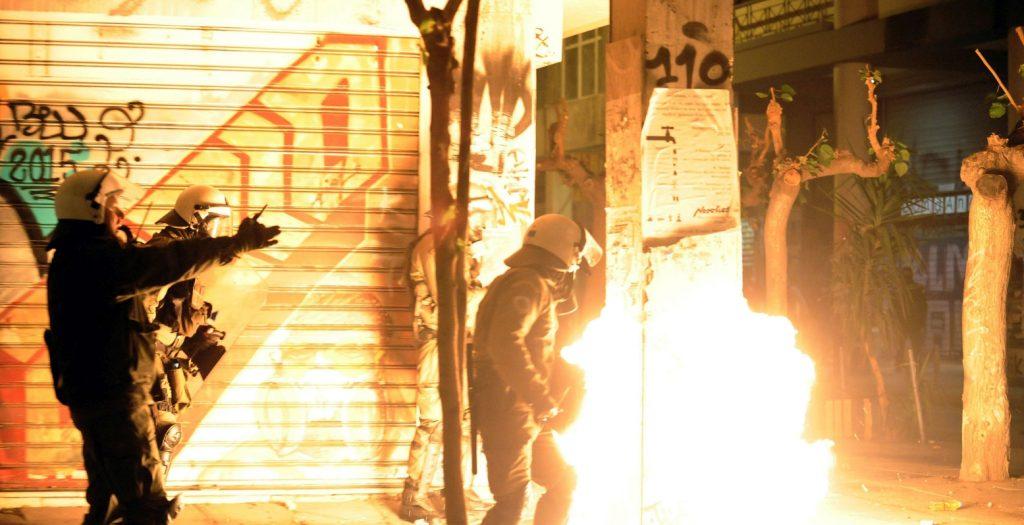 Εξάρχεια: Νέες επιθέσεις εναντίον των ΜΑΤ με μολότοφ και φωτοβολίδες   Pagenews.gr