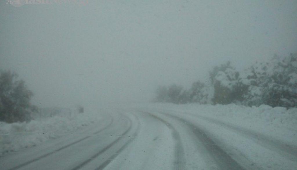 Χιόνια: Δείτε πού έχει διακοπεί η κυκλοφορία και πού χρειάζονται αλυσίδες   Pagenews.gr