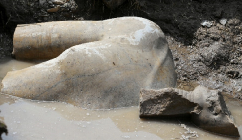 Άγαλμα του Ραμσή του Β' σε γειτονιά του Καϊρου   Pagenews.gr