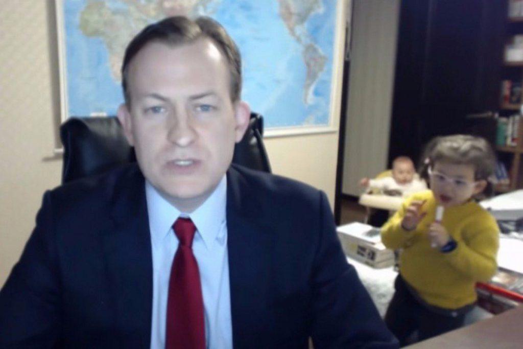 ΕΠΟΣ: Μπήκαν τα παιδιά του μέσα ενώ έκανε live μετάδοση στο BBC (video)   Pagenews.gr