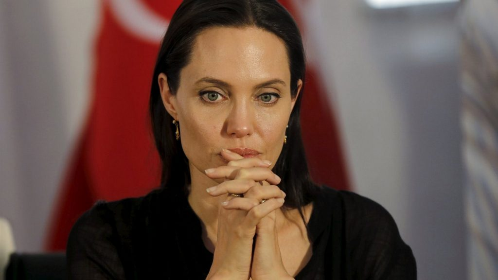 Τον …πόλεμο σε πολεμικές ζώνες, κατά της σεξουαλικής βίας, συνεχίζει η Τζολί | Pagenews.gr