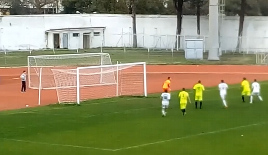 Απίθανη γκέλα τερματοφύλακα σε ματς Γ' Εθνικής! (vid)   Pagenews.gr