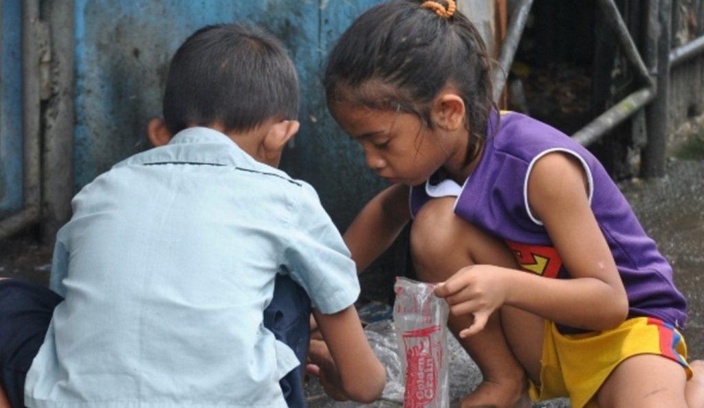 Πρώτα θύματα της κρίσης, τα παιδιά, σύμφωνα με το Reuters   Pagenews.gr