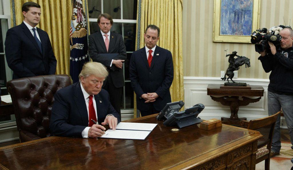 Μπλόκο στο νέο αντιμεταναστευτικό διάταγμα Τραμπ | Pagenews.gr