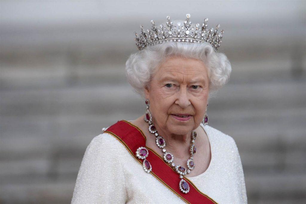 Η βασίλισσα Ελισάβετ υπέγραψε το Brexit   Pagenews.gr