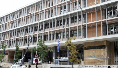 Άντρας κρεμάστηκε έξω από το Δικαστικό Μέγαρο Θεσσαλονίκης   Pagenews.gr
