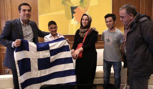 Μέγαρο Μαξίμου: Ο Αλέξης Τσίπρας υποδέχτηκε  τον 11χρονο Αμίρ (pics) | Pagenews.gr