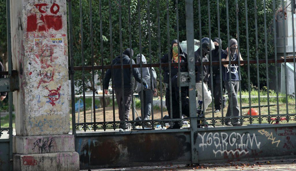 ΕΛΑΣ: Δύο συλλήψεις και τέσσερις προσαγωγές γύρω από το Πολυτεχνείο   Pagenews.gr