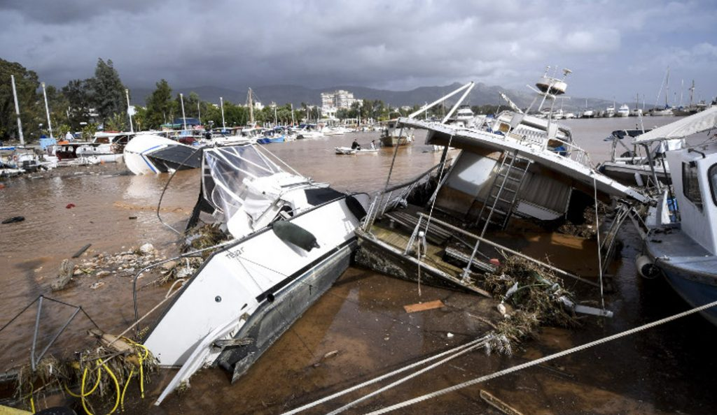 Νέα Πέραμος: Εξαφανίστηκε η παραλία – Γέμισε λάσπη και μπάζα η θάλασσα (pics) | Pagenews.gr
