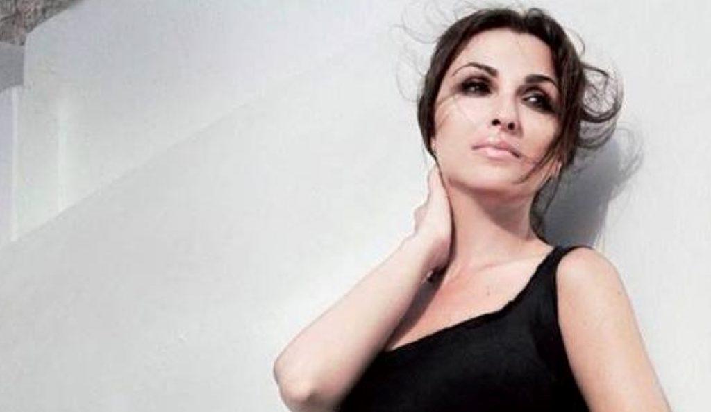 «Δάκρυ που πονά»: Το νέο τραγούδι της Ζωής Παπαδοπούλου | Pagenews.gr
