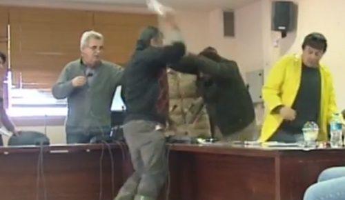 Βίντεο: Ξύλο και μπουνιές στο Δημοτικό Συμβούλιο Μάνδρας (vid)   Pagenews.gr