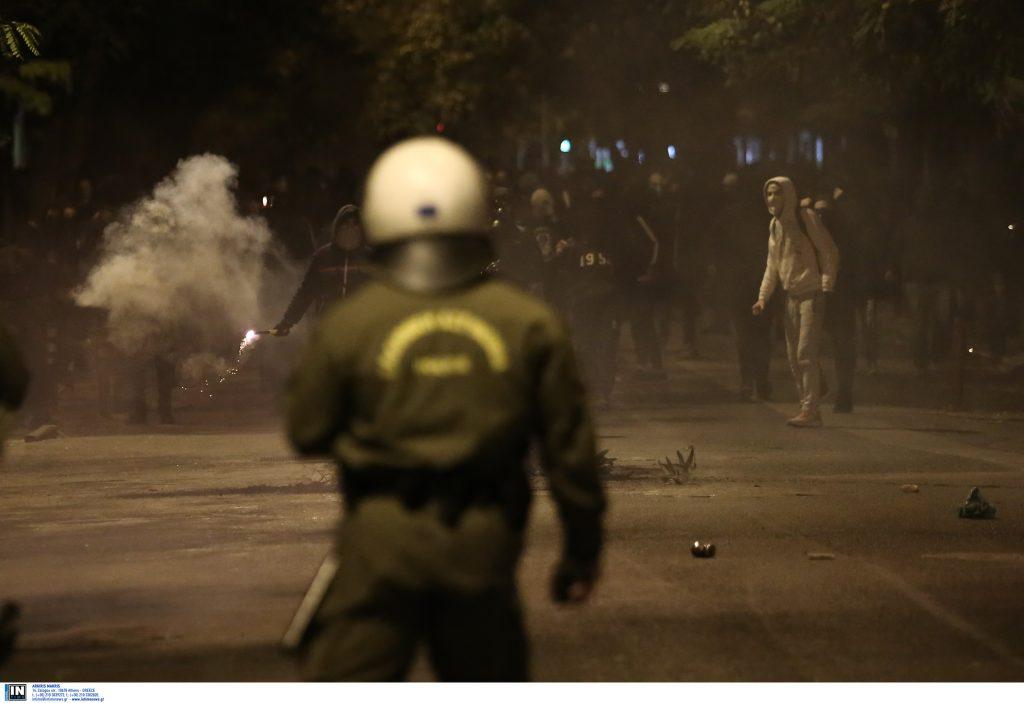 Χάος στη Λεωφόρο Πεντέλης μετά από συμπλοκές οπαδών του Ολυμπιακού με την αστυνομία | Pagenews.gr