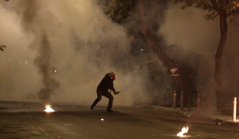 Εξάρχεια: Επίθεση κουκουλοφόρων με βόμβες μολότοφ έξω από το Πολυτεχνείο | Pagenews.gr