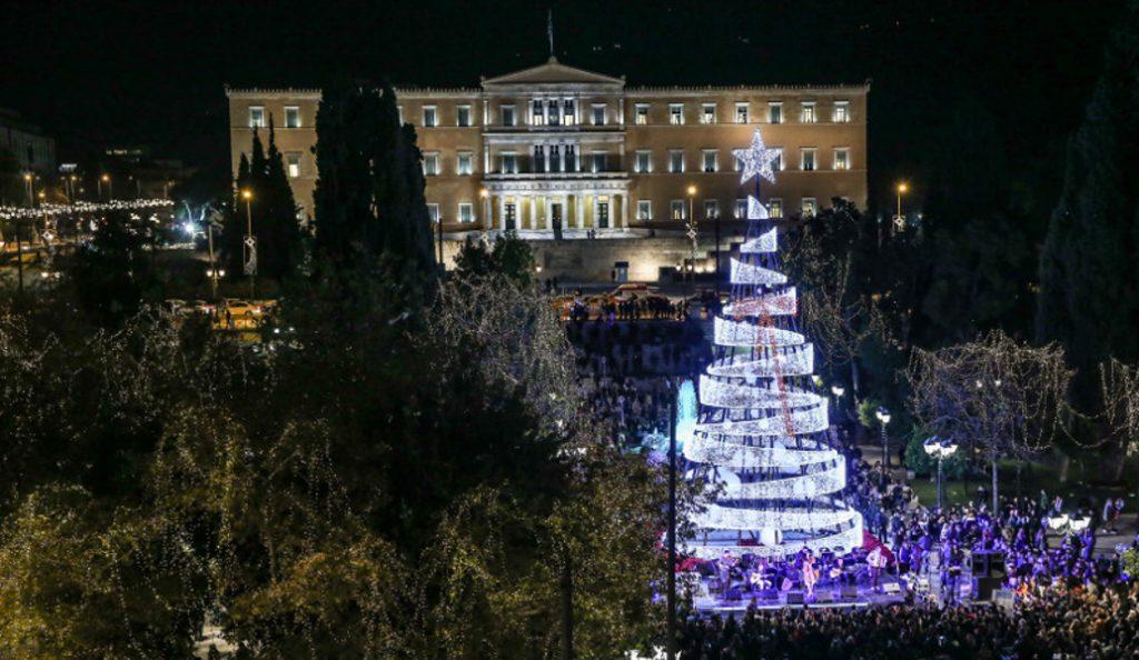 Αθήνα: Φωταγωγήθηκε το Χριστουγεννιάτικο δέντρο στο Σύνταγμα (pics) | Pagenews.gr