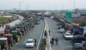 Αγρότες: Ξεκίνησαν να παρατάσσουν τα τρακτέρ στις εθνικές οδούς | Pagenews.gr