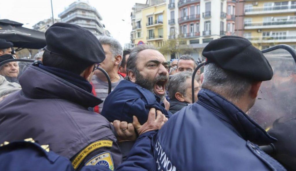 Θεσσαλονίκη: Ένταση μεταξύ συμβασιούχων και ΜΑΤ έξω από το υπουργείο Μακεδονίας – Θράκης (pics) | Pagenews.gr