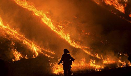 Καλιφόρνια: Ισχυροί άνεμοι και ξηρασία «ευνοούν» την πυρκαγιά Τόμας (pics) | Pagenews.gr