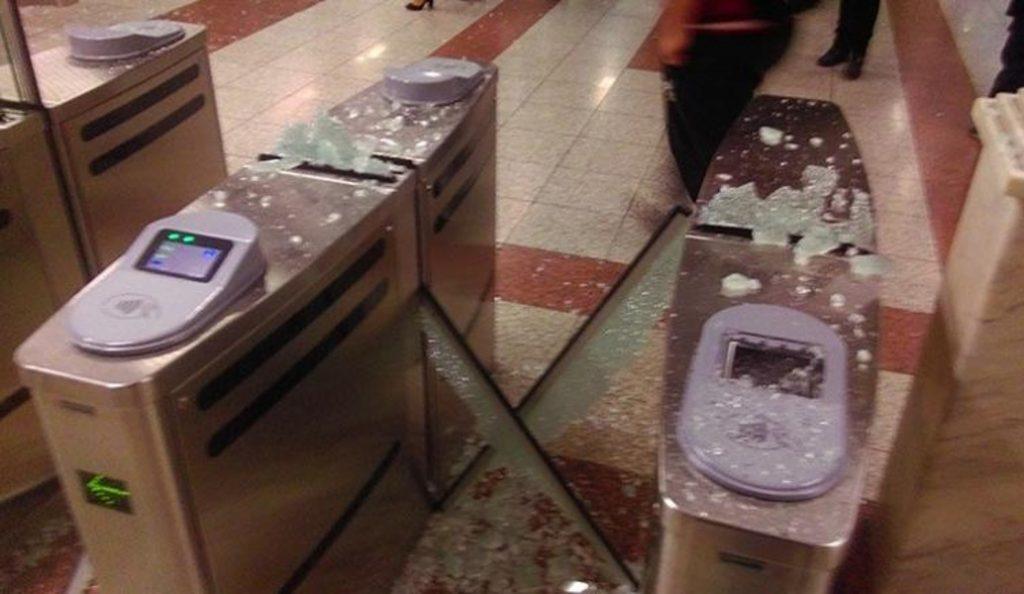 Μετρό Πανεπιστήμιο: Κουκουλοφόροι τα έκαναν «γυαλιά – καρφιά» – Έσπασαν ακυρωτικά μηχανήματα | Pagenews.gr