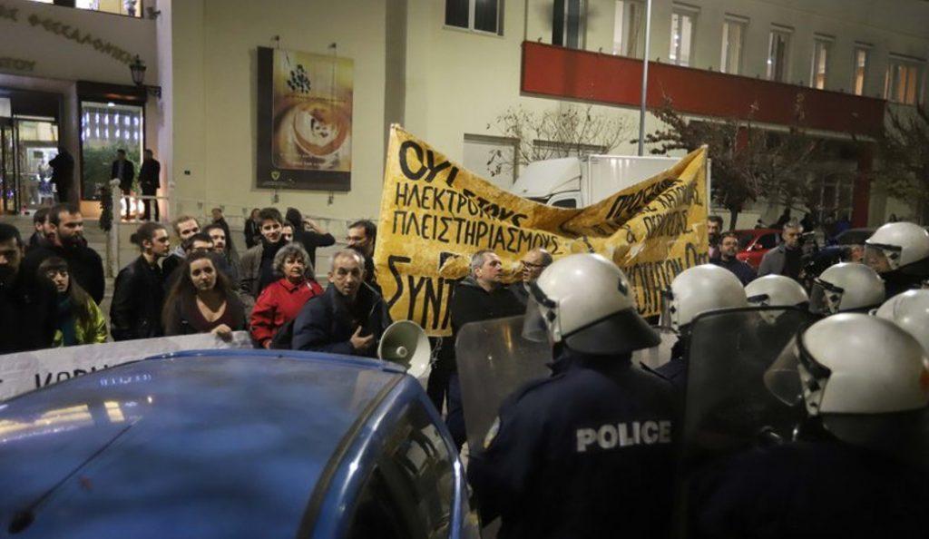 Πλειστηριασμοί: Διαδήλωση του κινήματος κατά των πλειστηριασμών στο Ειρηνοδικείο   Pagenews.gr