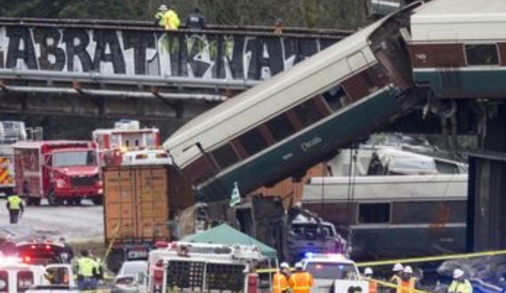 ΗΠΑ: Τρεις νεκροί και 100 τραυματίες από τον εκτροχιασμό τρένου (pics & vid) | Pagenews.gr