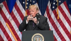 Γιατί ο Ντόναλντ Τραμπ πίνει νερό και με τα δύο χέρια; Οι φήμες οργιάζουν (vid) | Pagenews.gr