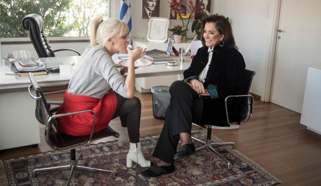 Ντόρα Μπακογιάννη: «Κακομαθαίνω τα εγγόνια μου, φτιάχνω κουραμπιέδες και είμαι φαν του The Voice»   Pagenews.gr