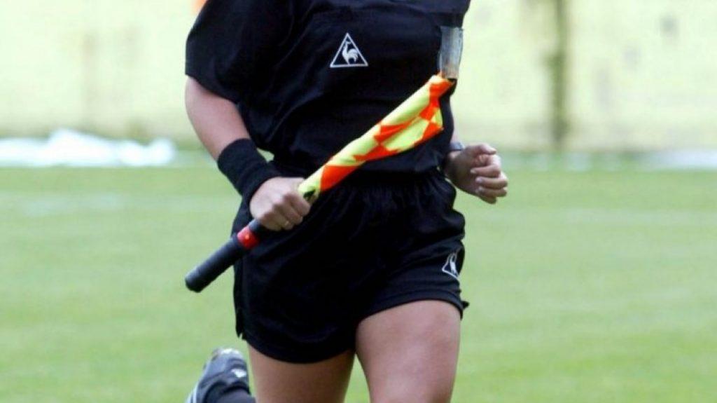 Γυναίκα διαιτητής κρεμιέται στο δοκάρι για να φτιάξει τα δίχτυα! (pic) | Pagenews.gr