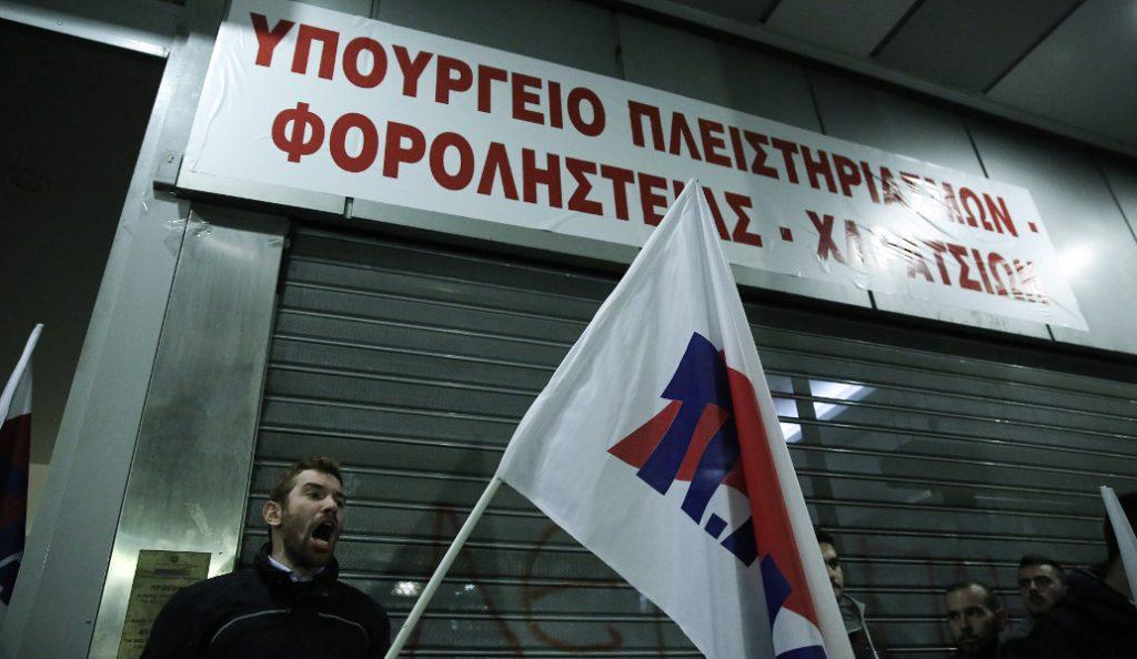 Το ΠΑΜΕ στο Υπουργείο Οικονομικών – Ένταση με τα ΜΑΤ   Pagenews.gr