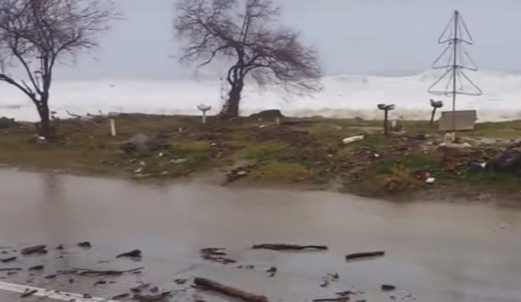 Προβλήματα από την κακοκαιρία στη Λάρισα: Η θάλασσα βγήκε στο δρόμο στα παράλια του νομού (vid)   Pagenews.gr
