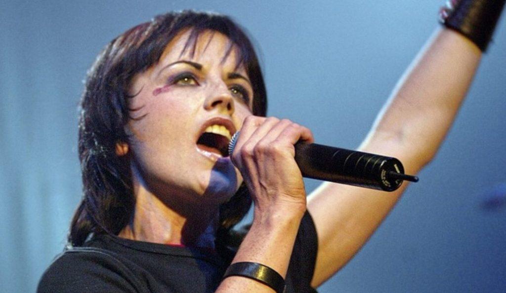Dolores O'Riordan: Το τελευταίο αντίο από χιλιάδες θαυμαστές της (pics) | Pagenews.gr