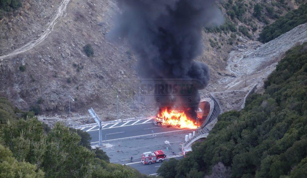 Μέτσοβο: Νταλίκα τυλίχθηκε στις φλόγες στην είσοδο της μεγάλης σήραγγας στην Εγνατία (pics & vid) | Pagenews.gr