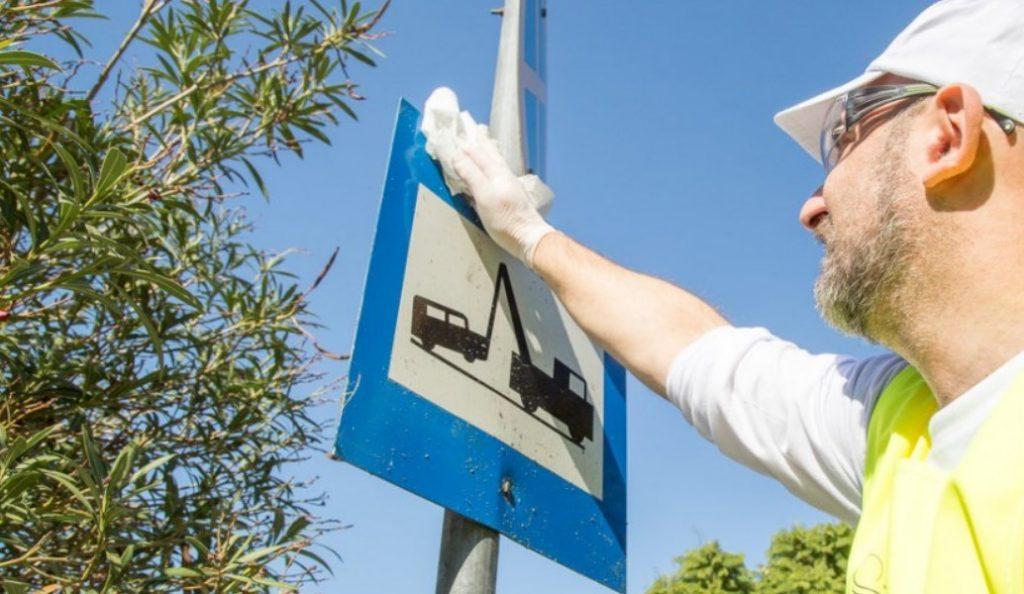 Δήμος Γλυφάδας: Καθαρίστηκαν 700 πινακίδες   Pagenews.gr