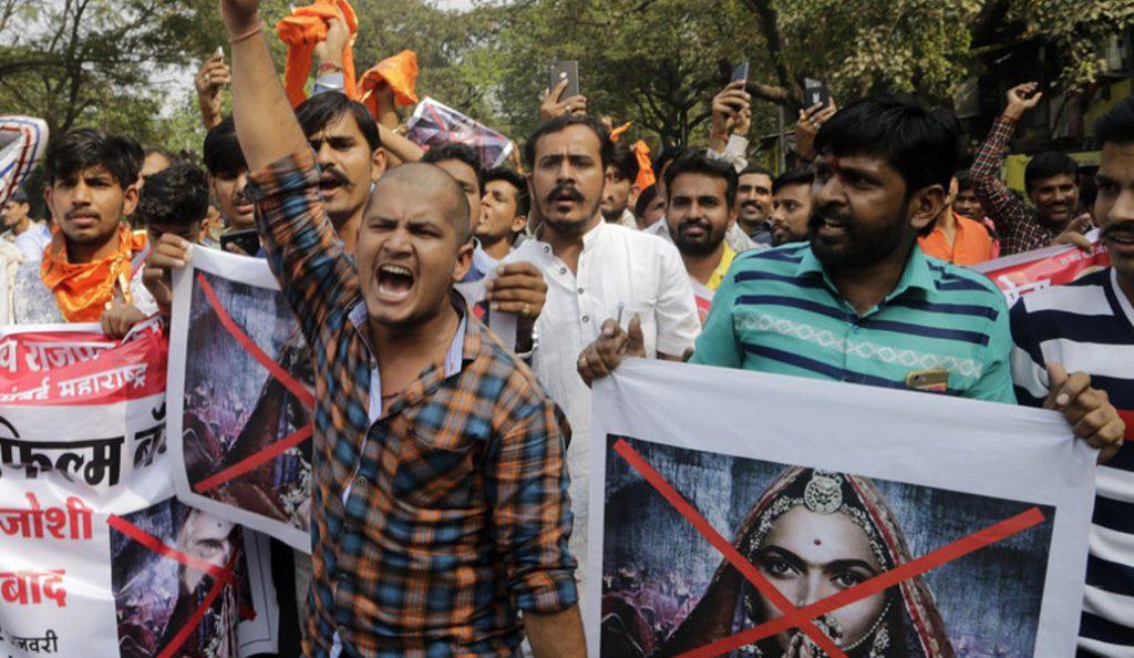 Ινδία: Βίαια επεισόδια έξω από κινηματογράφους με αφορμή ταινία για τη Βασίλισσα (pics) | Pagenews.gr