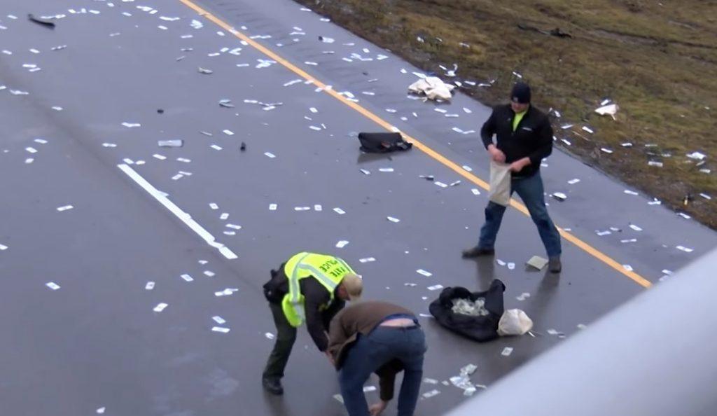 ΗΠΑ: Η στιγμή που αυτοκινητόδρομος γεμίζει με δολάρια μετά από τροχαίο ατύχημα (vid) | Pagenews.gr