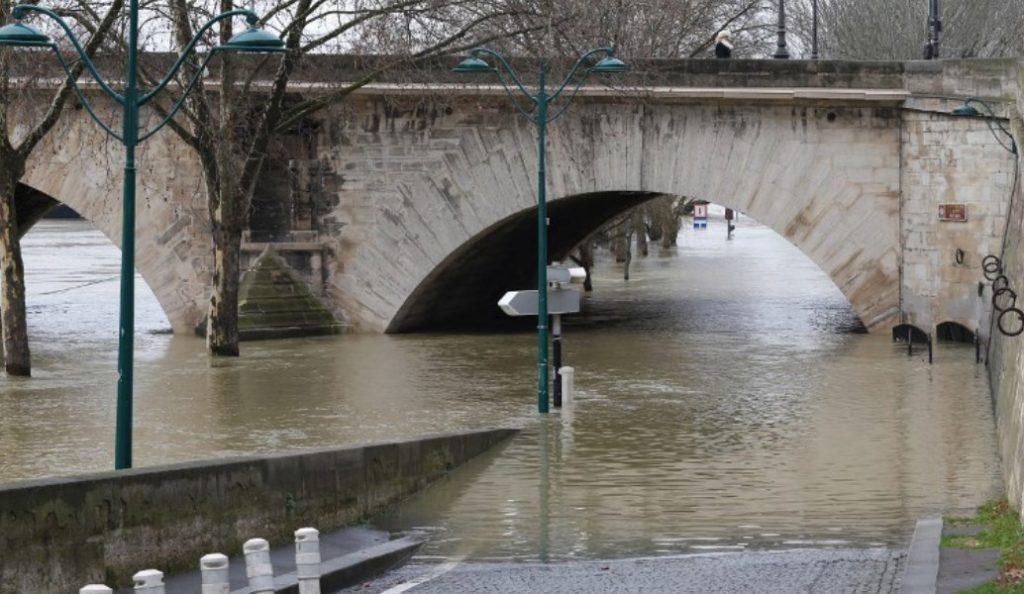 Γαλλία: Εκατοντάδες άνθρωποι εγκατέλειψαν τα σπίτια τους λόγω της ανόδου της στάθμης του Σηκουάνα | Pagenews.gr