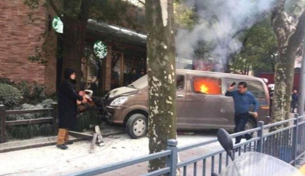 Κίνα: Φλεγόμενο βαν έπεσε σε πεζούς στη Σαγκάη – 18 τραυματίες (vid) | Pagenews.gr