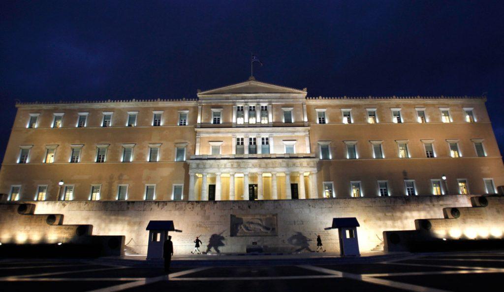 Βουλή: Φωταγωγείται τιμώντας την Ημέρα κατά του Καρκίνου | Pagenews.gr