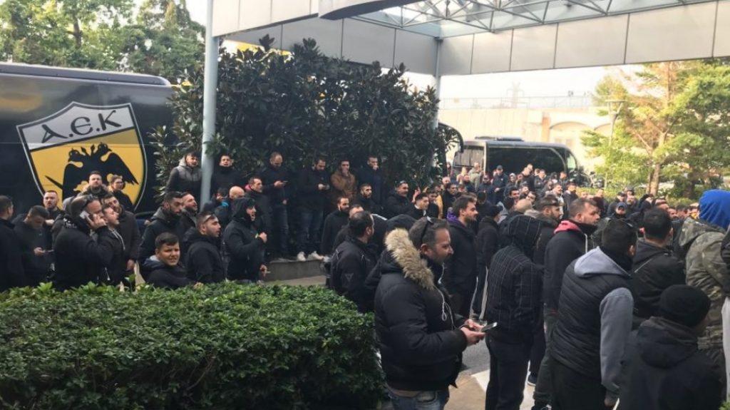Οπαδοί στο ξενοδοχείο της ΑΕΚ   Pagenews.gr