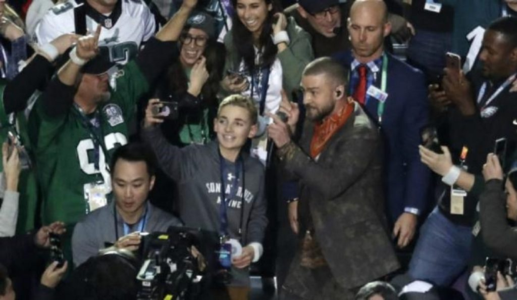 Super Bowl: Ο πιτσιρικάς που κάνει τον γύρο του κόσμου επειδή το κινητό του… δεν δούλευε (pics&vids) | Pagenews.gr