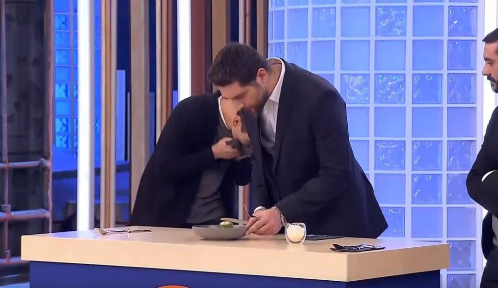 Master Chef 2: Κοντιζάς και Κουτσόπουλος έφτυσαν φαγητό διαγωνιζόμενου (vid)   Pagenews.gr