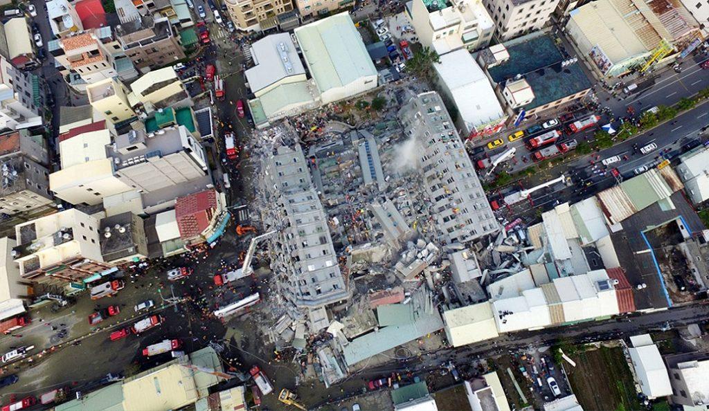 Οι εικόνες που συγκλονίζουν απ' τον σεισμό στην Ταϊβάν: Κτίριο γκρεμίζεται σαν χάρτινος πύργος (pics) | Pagenews.gr